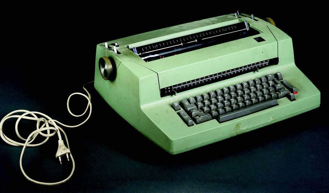 PÅ MUSEUM: Høyrer skriveriene til Moxnes og Larsen heime på museum? Denne IBM-skrivemaskina frå 1971 er funne på digitaltmuseum.no (inventarnr. FTT.51508). FOTO: SVERRESBORG TRØNDELAG FOLKEMUSEUM.