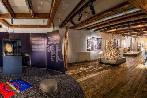 HVEM EIER HISTORIEN? Oversikt over utstillingen. Foto: Trond Sverre Skevik