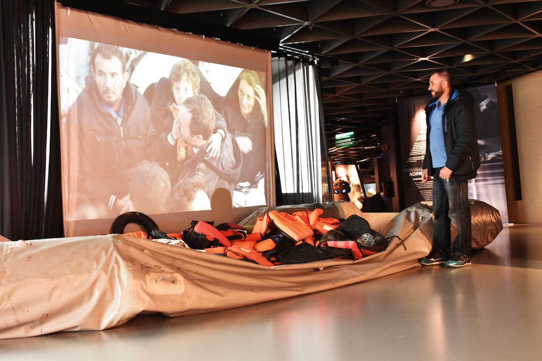 PLASS TIL 50: Gummibåten som er utstilt i Norsk Maritimt Museum har frakta nesten 50 flyktningar til havs i Middelhavet. Prisen for å få ein plass i den usikre båten ligg på mellom 15 og 20 000 kroner. Foto: Maria Pile Svåsand
