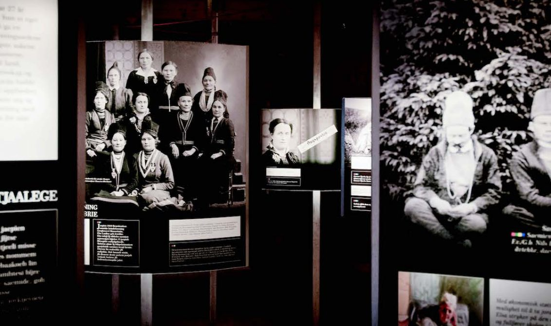 MEST PLANSJER: Utstillingen Nettverksbyggeren Elsa Laula Renberg, består av 15 plansjer med foto og tekst og en liten håndfull gjenstander. FOTO: Jens-A. Remmen Wiken /Helgeland museum