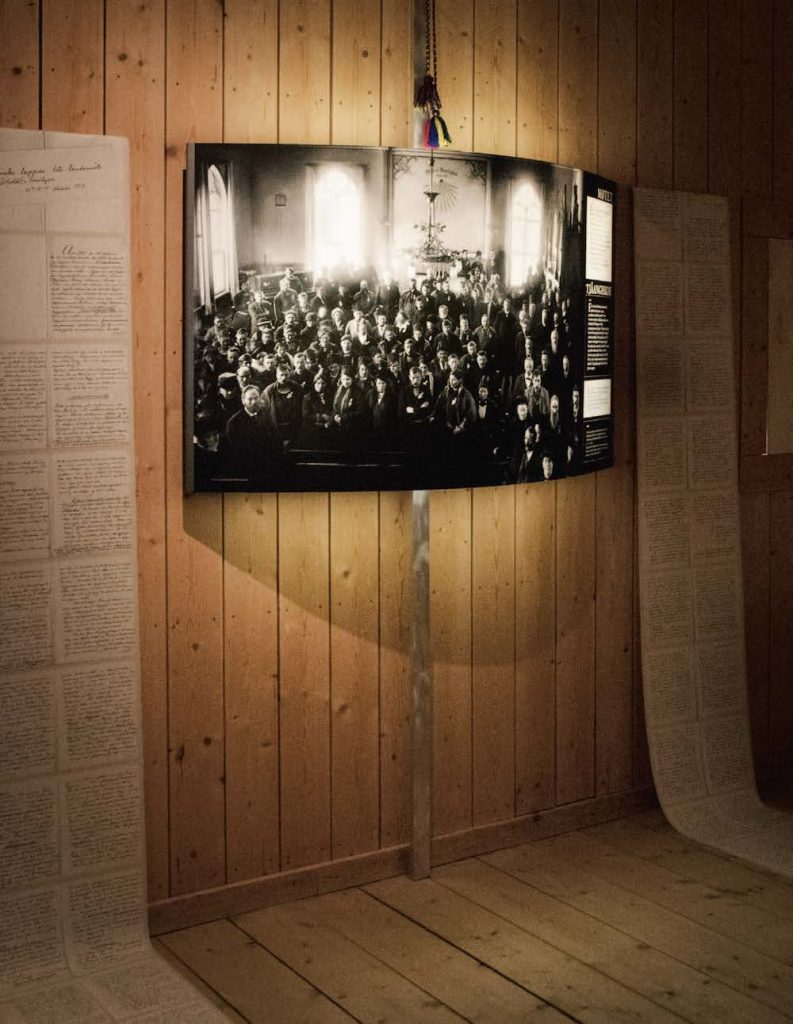 SENTRALT: Foto fra landsmøtet i 1917 med kopier av møteprotokollen har fått en sentral plass i utstillingen. FOTO: Jens-A. Remmen Wiken /Helgeland museum