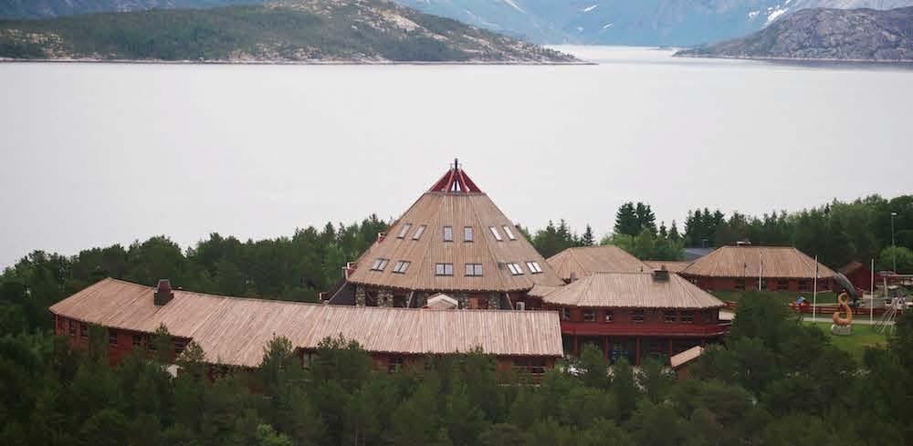 STIKKER SEG UT: Kulturhuset Árran lulesamiske senter ligger luftig plassert på Drag i Tysfjord. Her er det både barnehage, språkavdeling, fjernundervisning og museum. Foto: Alexander Ráhka Zetlitz.