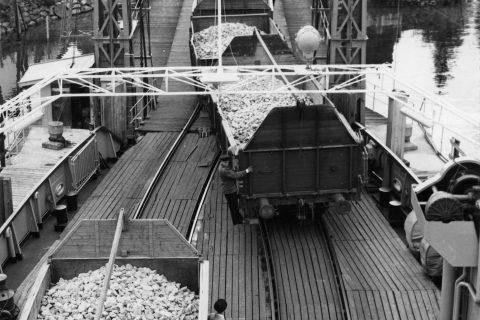 30 MILLIONER TONN: Fra åpningen i 1909 til nedleggelsen i 1991 ble det fraktet 30 millioner tonn gods på den til sammen 130 kilometer lange transportlinjen mellom Rjukan, Notodden og kystbyene i Telemark. Foto: Hydros Fotosamling, NIA