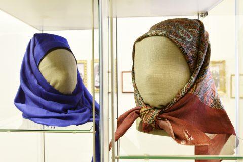 SAMME NSTILT : Hijab og «Solør-hijab». Sammenstilte modeller i tråd med utstillingens tendens, framheving av likheter. Foto: Toril C. Skaaraas Hofseth, Anno museum