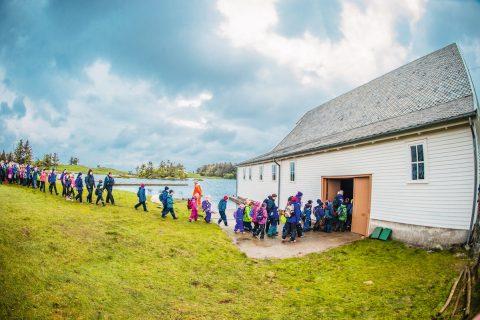 RIKSULTIMA – barneskoleelever og forlatt båthus på samtidsmusikkfestival på øya Vibrandsøy (2015). Foto: Lars Opstad, Kulturtanken