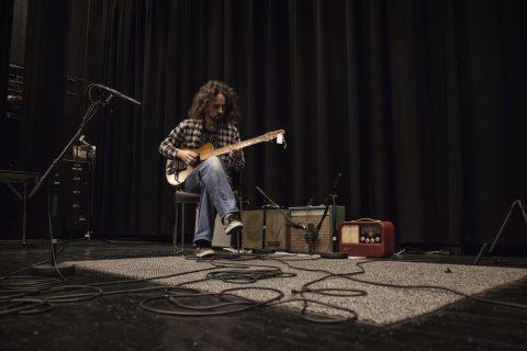 LYDDOKUMENTASJON: Skjalg Raaen spiller på en Nilsen-gitar fra 1950 gjennom en Radionette-radio, en Skau-forsterker og en Vingtor-forsterker, i tillegg til en Fender-forsterker som referanse. Lydene fra opptakene kan høres i utstillingen Rockens verktøy. Foto: Rikke Lango/Rockheim