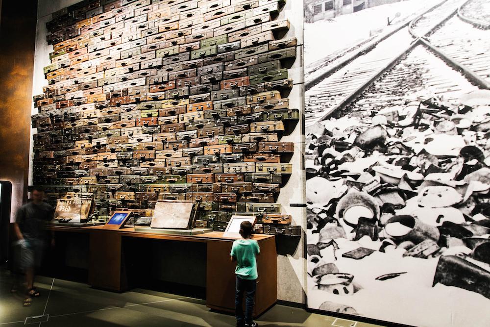 HOLOCAUST-SEKSJONEN: En vegg med kofferter som har tilhørt mennesker sendt til utryddelsesleirer. FOTO: MIKOŁAJ BUJAK/MUZUEM1939.PL