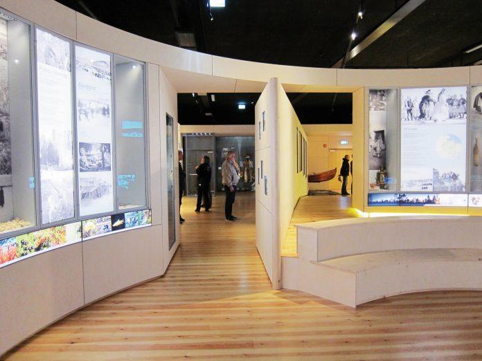 HELE ÅRET: I utstillingens runde hovedrom kan man følge den skoltesamiske kulturen gjennom de fire årstidene. FOTO: HEGE HUSEBY
