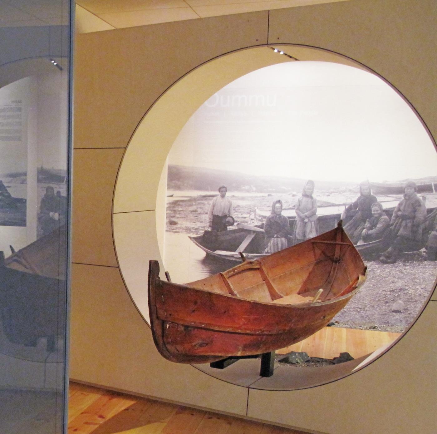 SKOLTEBASKEN: Utstillingens begynnelse og slutt blir elegant bundet sammen av skoltebasken, en båt fra 1800 tallet brukt i Pasvik. Skoltesamene flyttet mellom flere faste boplasser. Båten var viktig under flyttingene og særlig i forbindelse med fiske. FOTO: Ä'VV SKOLTESAMISK MUSEUM