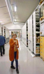 HYLLEMETER: I tillegg til gjenstandssamlingen har Telemuseet også 480 000 fotografier, 45 000 tekniske tegninger, 400 hyllemeter arkivalia, 3 400 enheter med film, en stor avisklippsamling, samt lydopptak med intervjuer og teknisk dokumentasjon. Dokumentasjonsansvarlig Anne Solberg viser rundt. Foto: Signy Norendal