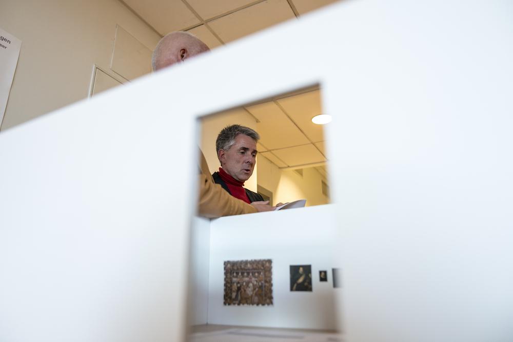 RENESSANSE: I Rom 4 1537-1630: Antikkens idealer på vandring, vises kunsthåndverk fra renessansen. På bildet ser vi blant annet et nederlandsk billedteppe fra slutten av 1500-tallet. Og fagdirektør for eldre og moderne kunst Nils Ohlson. Foto: Thomas Johannessen