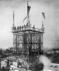 TELEFONLINJETÅRNET: På taket av sentralen i Nedre Slottsgate 12, i 1891. Fotograf ukjent. Foto: Telemuseets arkiv