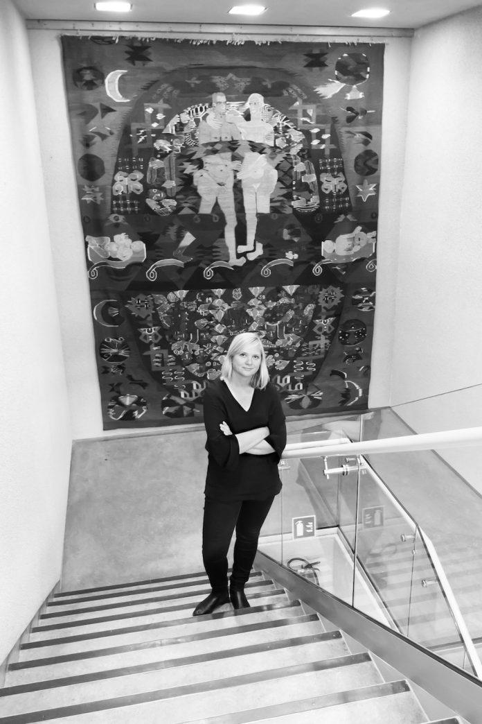 POSITIV til sammenslåing. Åshild Adsen, direktør ved Nordenfjeldske kunstindustrimuseum, her foran Hannah Ryggens «Vi lever på en stjerne». FOTO: KATIE KULSENG