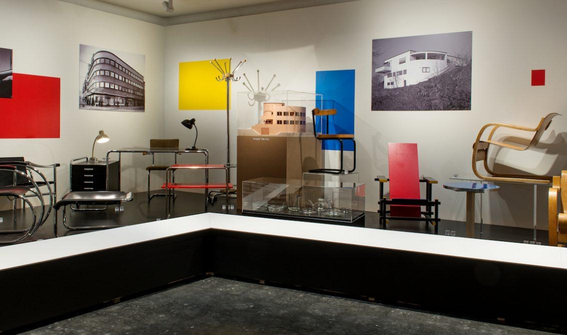 VINDUSSHOPPING: Det moderne utstillingsvindu er et av utstillingens fortellergrep, forklarer kurator og museumsdirektør Åsmund Thorkildsen. FOTO:Drammens Museum