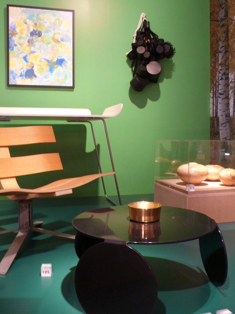 NORWAY SAYS får sagt sitt; et Norway Says-bord inngår i dialog med et vegghengt skinnsmykke laget av Ahmed Umar. FOTO:Christer Dynna