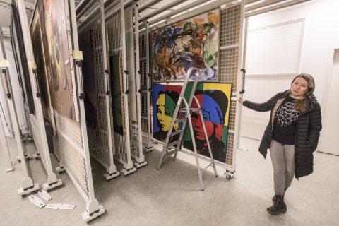 OVERSIKTLIG: Før ble den samiske kunsten oppbevart trangt. Nå er det lett å finne frem for direktør Anne May Olli. Foto: Alf Ove Hansen