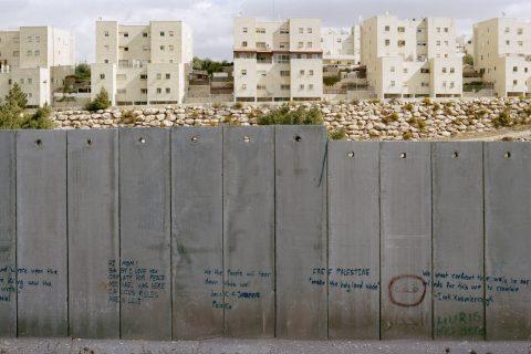 BOSETTING:Den israelske separasjonsmuren på Vestbredden er en av murene som er portrettert i prosjektet WALLonWALL som vises utenfor Nobels Fredssenter og står til 18. mars 2018. Foto: Kai Wiedenhöfer.