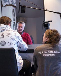 INTERVJU: Torjus Kirkemoen intervjuer Ivan Christoffersen, som har jobbet på jernbanefergene hele livet. FOTO: CHRISTINE NEVERVIK