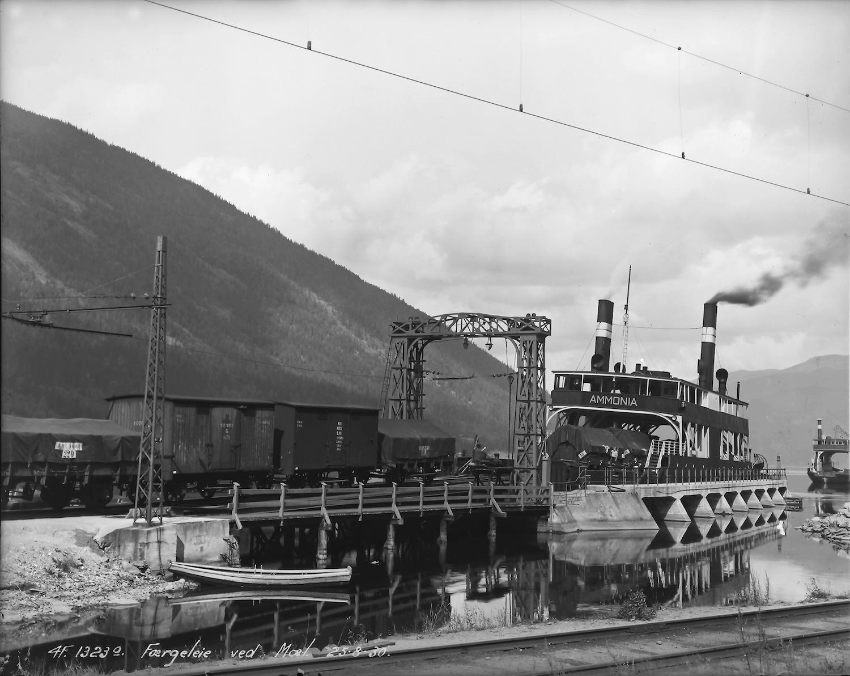 «TINNSJØENS DRONNING» D/F «Ammonia» i sine glansdager i 1930. Den ligger stadig til kai på Mæl og er en av bare fire dampdrevne jernbaneferger i verden. FOTO: HYDROS FOTOSAMLING, NIA