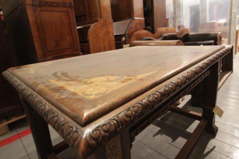 TYDELEG: Det er eit tydeleg lag av støv over møblane i magasina i Kode 1. Merka viser kor det er testa metodar for å fjerne støvet. Foto: Maria Pile Svåsand