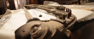 KOMPLEKS: Musikkinstrument som vert omtalt som kompleks i NIKU sin rapport om støvskadane, og som treng nødkonservering før støvsaneringa. Dette gjeld ein del av gjenstandane i magasina, og ressursar til nødkonservering kjem i tillegg til reknestykket for å sanere for støv. Foto: Maria Pile Svåsand