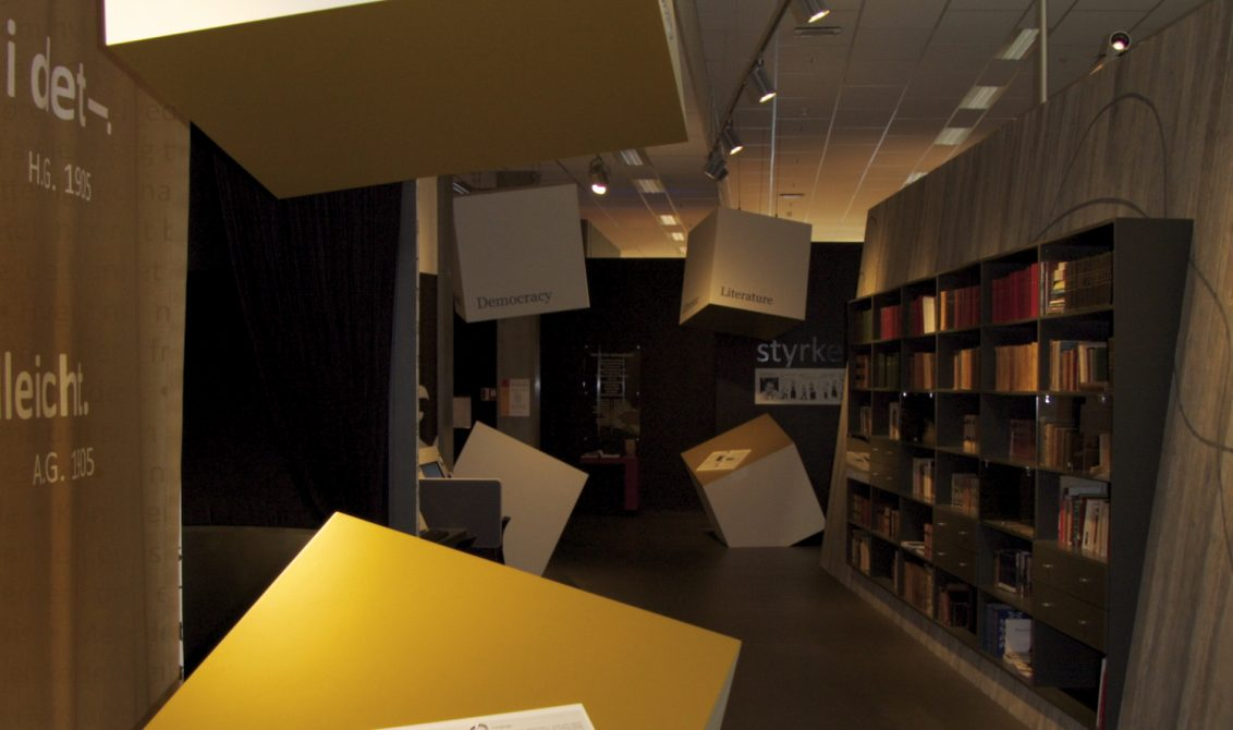 ANARKISTISK SMAKSPRØVING: Skråtthengende klosser i tak og gulv gir stikkord til den besøkende, om emnet som berøres der du står. Foto: Per A.D. Jynge