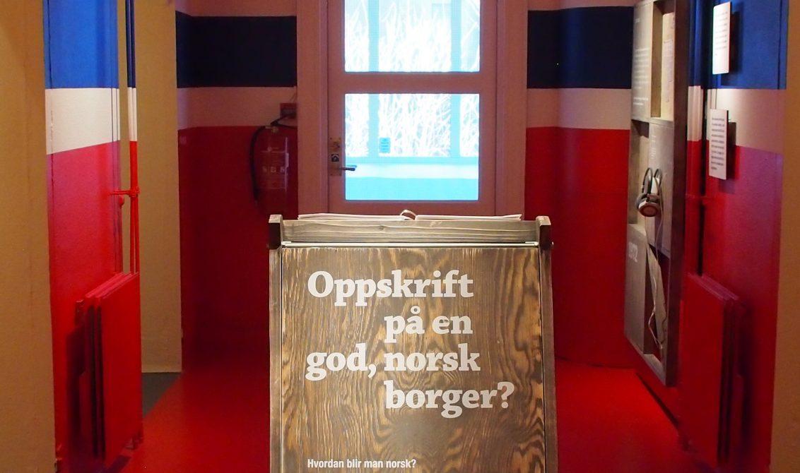ASSIMILASJON: Dokumentasjon av norsk assimilasjonspolitikk er fremstilt i et rom malt som det norske flagg – et effektfullt grep. Foto: Cecilie Skjerdal