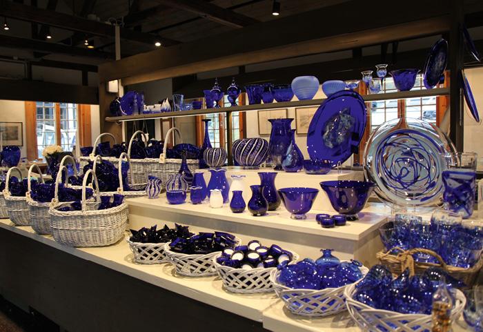 BLÅTT I BLÅTT: – De koboltblå souvenirene er en utrolig viktig del av museumsdriften, forteller direktør Tone Steinsvik. Mange av glassgjenstandene er spesialprodusert for Blaafarveværket. Foto: Hanna Norberg
