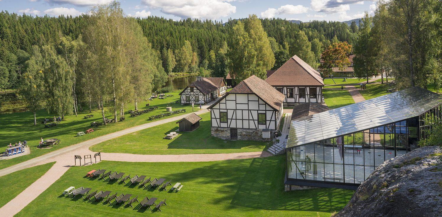 GLASSHUS: Som en kontrast til bindingsverkshusene fra 1700-tallet ligger glasshuset, bygd i 2000. Her vises en utstilling om gruvene og prosessen for å framstille blåpigmentet. Foto: Blaafarveværket