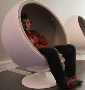 """GULLEGGET: Det digitale oppleves balansert, ikke som et forsøk på å være hektisk ungdommelig. Arne Jacobsens """"Egget"""" er her ombygd til lyttestasjon for Garborgdikt. Foto: Per A.D. Jynge"""