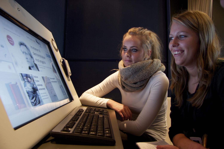 SKJERMERENDE: De interaktive stasjonene fungerer både for entusiasten og forbipasserende, og er full av overraskelser. Foto: Per A.D. Jynge