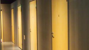 SKJULTE SKATTER: Det er ikke lett å gjette seg til at det bak disse dørene skjuler seg store mengder informasjon. Foto: Cecile Skjerdal