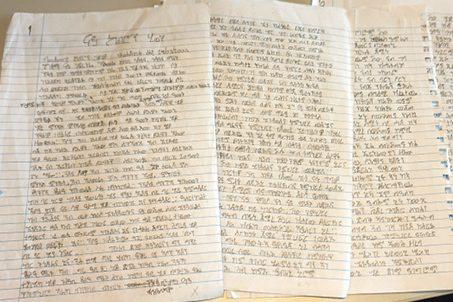 TIGRINJA: Då Kiebron Ghrimay Michael fyrst starta å skrive, var det vanskeleg å slutte. Dei handskrivne sidene fortel heile historia hans, og det har vore ein lang prosess å omsetje frå språket som ikkje fins i dei digitale skriveprogramma. Foto: Maria Pile Svåsand