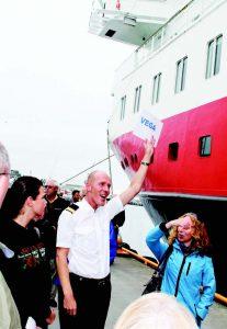 BLI MED TIL VEGA! Morten Sagen, reiseleder på MS Richard With, samler deltakere til dagens utflukt. Foto: Anne Eriksdatter Bye