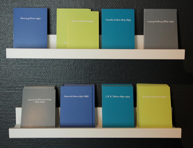 EFFEKTIVEOPPKVIKKARAR:På nokre hyller langs eine veggen står det 13 kort i ulike fargar med namna til forfattarane.Foto: Haugesenteret