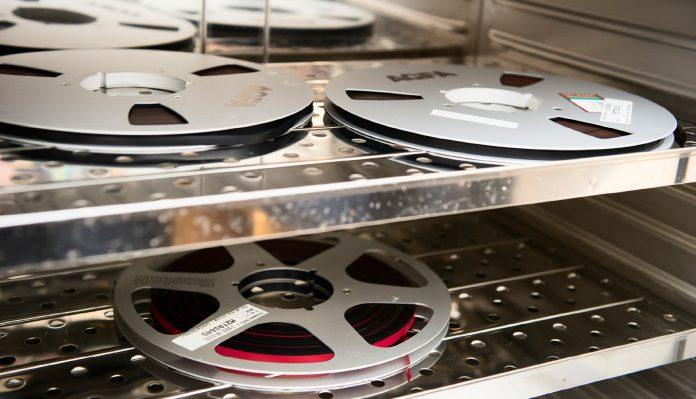 BAKER LYDBÅND: Magnetbånd kan bakes i ovn på 45 grader for å reaktivere limet mellom magnetsjiktet og basematerialet. Foto: Maja Atterstig, Nasjonalbiblioteket