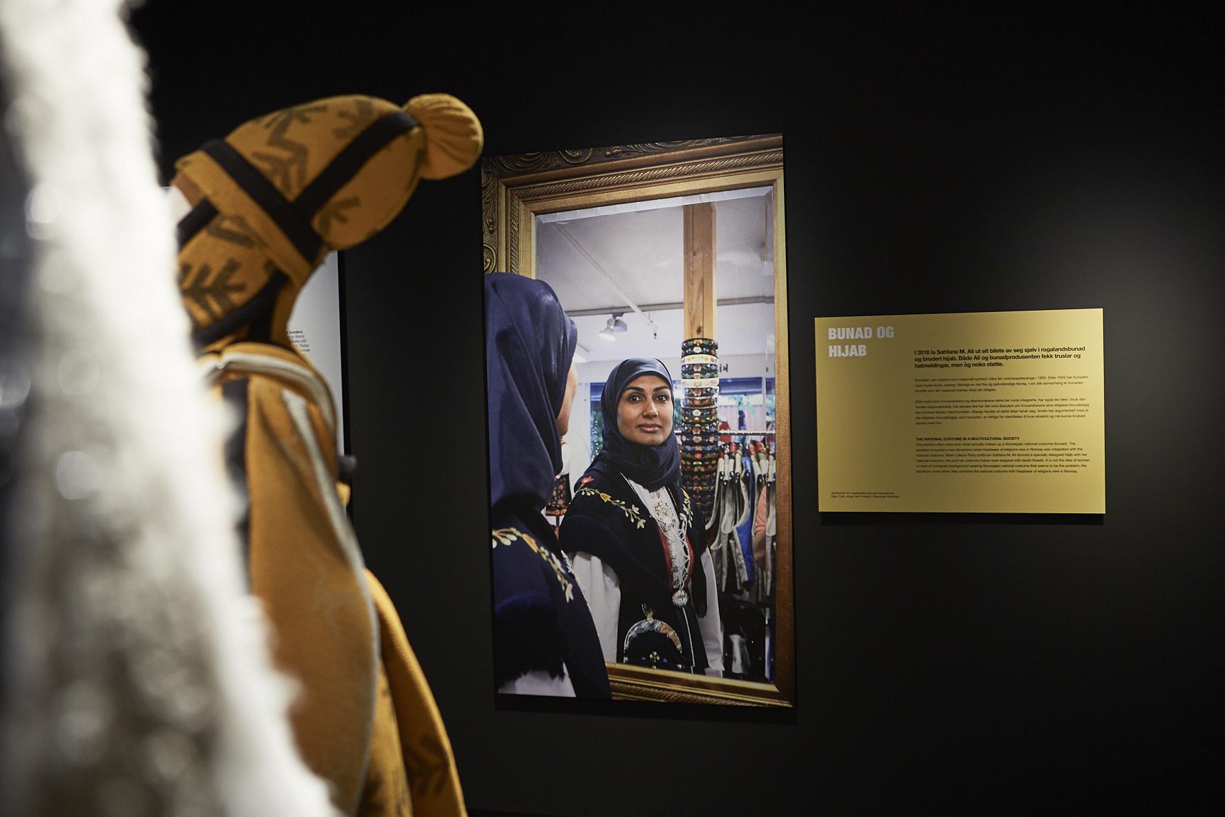 HIJAB: I 2016 ble Sahfana M. Ali fra Stavanger rikskjent fordi hun hadde fått spesialsydd en hijab til rogalandsbunaden sin. Meningene var svært delte. I forgrunnen sees en vette fra OL 94. FOTO: Velour Beitohaugen