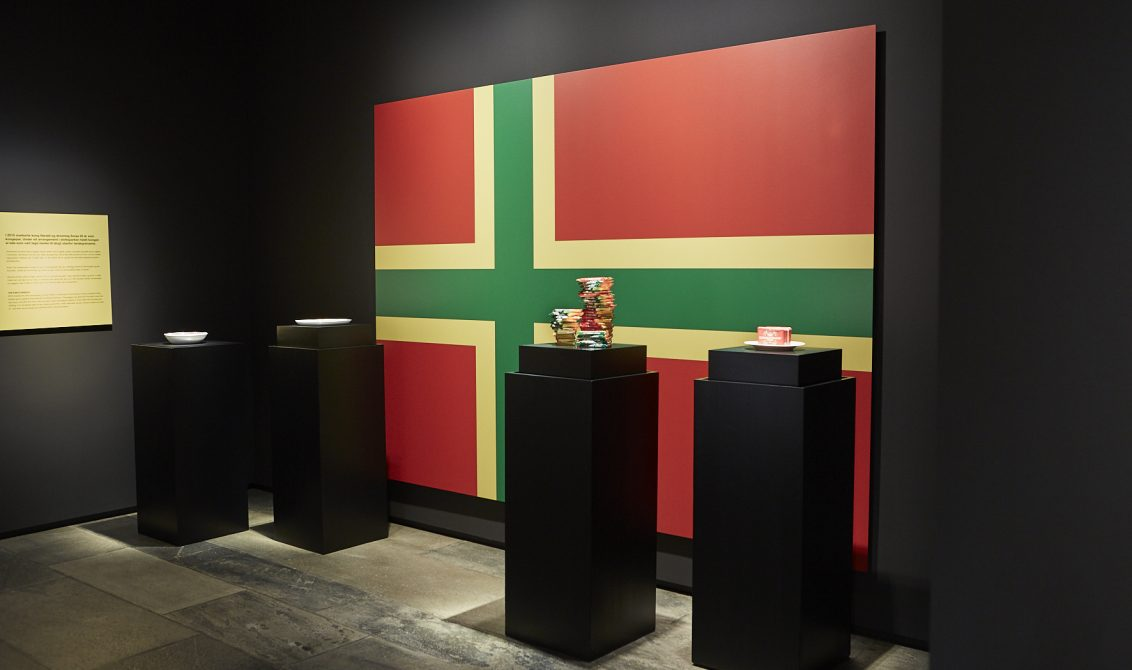 KVIKKLUNSJ: Noe av det første man ser i utstillingen, er kvikklunsj og andre norske matvarer på en pidestall. FOTO: Velour Beitohaugen