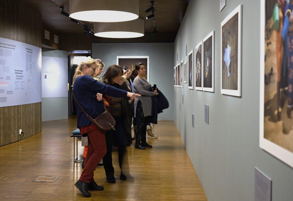 TETTPÅ:Publikum kommer tett på virkeligheten til ofrene for seksuell vold brukt som våpen i denne utstillingen. Foto: Johannes Granseth/Nobels Fredssenter.