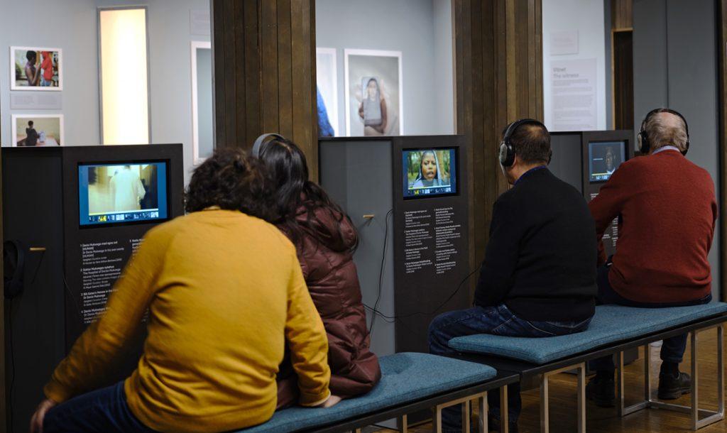 FILMER:Seks monitorer gir publikum rik adgang til åtte filmer om fredsprisvinnerne og arbeidet deres de seneste årene. Foto: Johannes Granseth/Nobels Fredssenter.