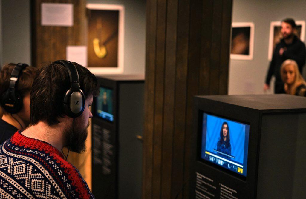 BERØRINGSSKJERMER lar publikum velge hvilke filmer de vil se i den rekkefølgen de ønsker. Foto: Johannes Granseth/Nobels Fredssenter.