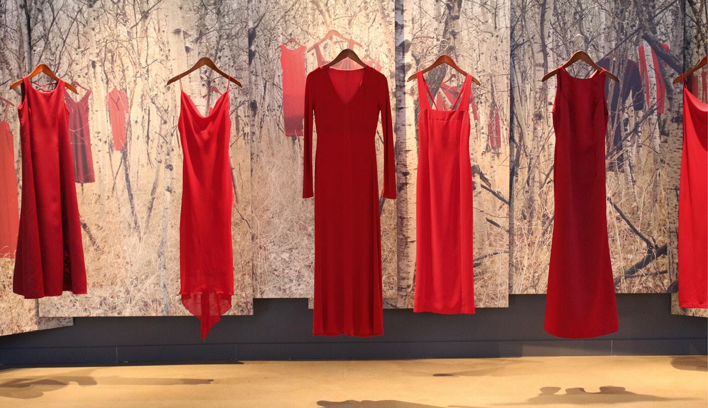 KUNSTVERK av Jamie Black. De røde kjolene er tidligere plassert rundt om i Canada, for å minne om volden, misbruket og forsvinninger som statistisk oftere rammer kvinner fra landets urbefolkninger.Foto: Eidsvoll 1814