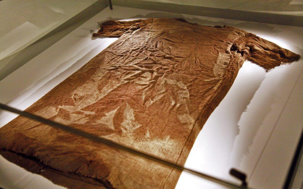 ELDST: Norges og et av Europas eldste bevarte plagg er en 1700 år gammel kjortel funnet i Jotunheimen i 2011. Foto: Per Jynge