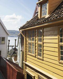 GAMLE BERGEN museum er eit friluftsmuseum med 55 trehus. Dei fleste har opprinneleg stått i Bergen sentrum. Foto: Bymuseeet