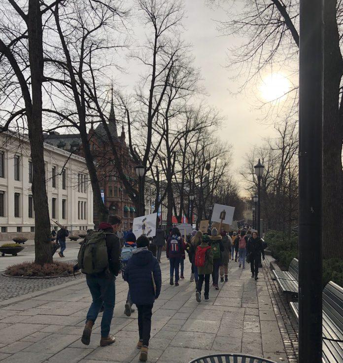 SKOLESTREIK:Ungdommer i Oslo på veg til demonstrasjon for klima morgenen fredag 22. mars 2019. Foto: Signy Norendal