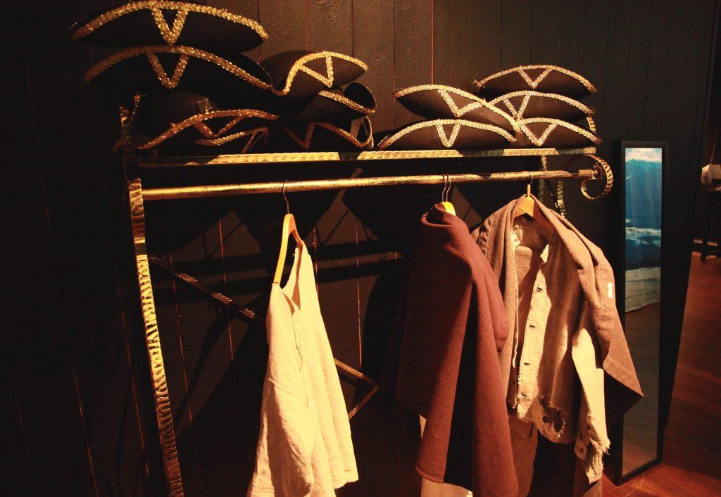 UTKLEDNING: Ai, ai for en artig krig! Innerst inne i utstillingen kan barn kle seg ut som karolinerne.
