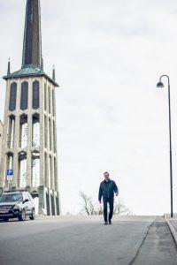 SPESIELT KLOKKETÅRN: Kulturrådet i Bodø ligg rett ved domkyrkja frå 1956, teikna av Blakstad og Munthe-Kaas. Kyrkja er mellom anna kjent for det frittståande 36 meter høge klokketårnet, og vart freda etter kulturminneloven i 2002 som ein del av etterkrigsarkitekturen i Bodø. FOTO: Frida Bringslimark