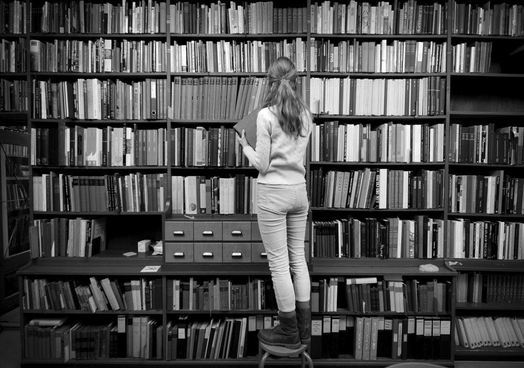 OLDTIDSAFDELINGEN: Sol Hallset henter frem Die Funde-bøker fra Det Røde Bibliotek i Oldtidsafdelingen. Foto: Thomas Kolbein Bjørk Olsen
