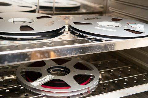 BAKERLYDBAND:Magnetbånd kan bakes i ovn på 45 grader for å reaktivere limet mellom magnetsjiktet og basematerialet. Foto: Maja Atterstig, Nasjonalbiblioteket