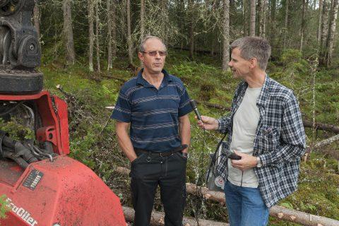 KASSETTOPPTAK: Bjørn Bækkelund, kassettopptakar og hogstmaskinførar Jørgen Ødegaard frå Elverum i 2009. Foto: OT Ljøstad, Norsk skogmuseum